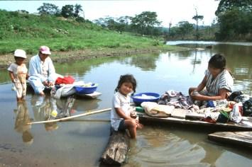 Bolivia, Chiquitina, lavar la ropa en el río, retrato