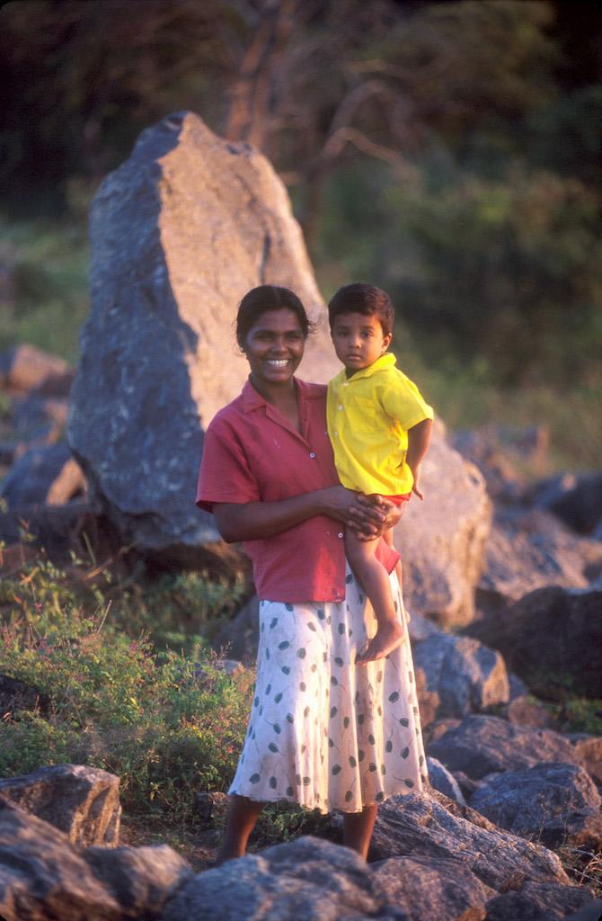 Sri Lanka, Polonnaruwa, embalse, madre he hijo disfrutan de la tarde fresca, retrato