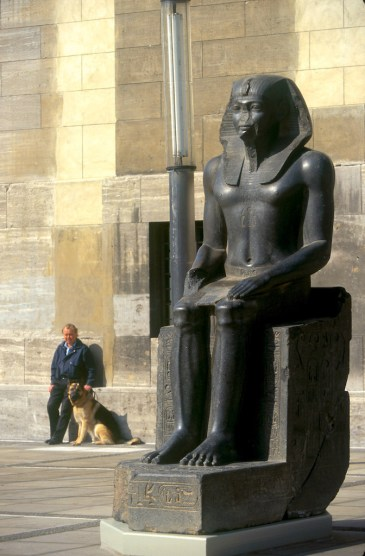 Alemania, Berlín, Entrada al museo de Pergamo, escultura Egipcia