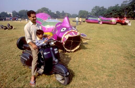 India, Uttar Pradesh, Delhi, Festival Dussehra, un papá y su hijo vienen a ver a los gigante de carton, retrato