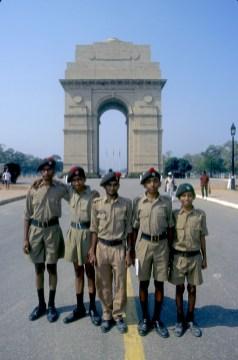 India, Uttar Pradesh, Delhi, Puerta de la India, jóvenes en servicio militar