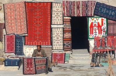 Túnez, Gran Sur, Medenine, Ksar, tienda de alfombras, retrato
