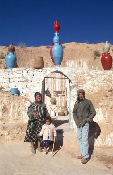 Túnez, Gran Sur, trogloditas, Matmata, Familia el la puerta de su casas