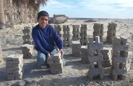 Túnez, oasis de dunas, Tozeur, fabrica de ladrillos, aprendiz, retrato, trabajo