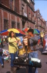 México, DF, C/ 5 de Mayo, puesto de pelucas, retrato