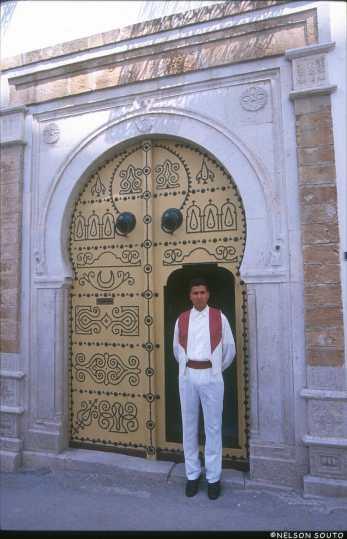 Túnez, La Medina, restaurante, puerta