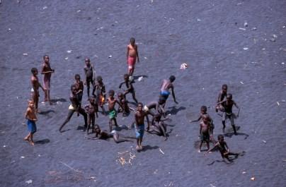 Cabo Verde, Isla Santiago, Cidade Velha, niños que juegan en la playa