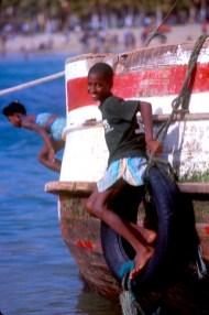 Cabo Verde, Isla Santiago, Tarrafal, juego de niños en la playa, retrato