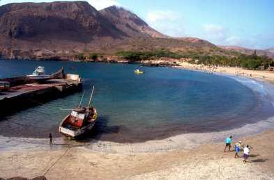 Cabo Verde, Cabo Verde, Isla Santiago. Playa, pescadores