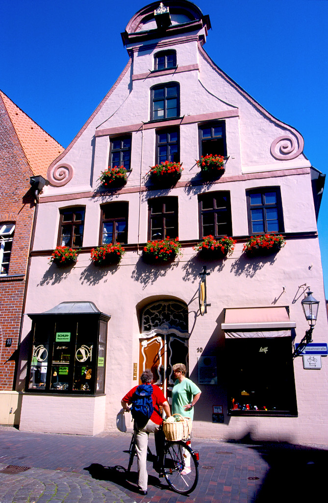 Alemania, Baja Sajonia, Lüneburg, Plaza Am Sande, ciclista