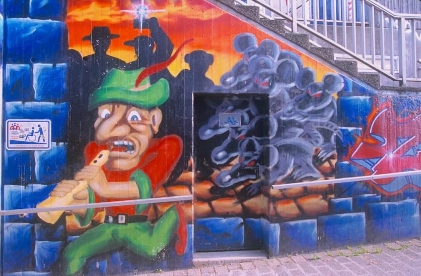 Alemania, Baja Sajonia, Hameln, mural, Flautista de Hameln