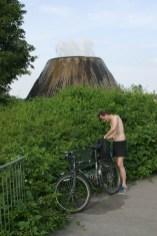 Alemania, Baden-Wurtemberg, Stuttgart, La U Verde, obra de arte sobre los manantiales, bicicleta