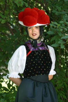 Alemania, Baden-Wurtemberg, Stuttgart, jardines del castillo, traje típico de la Selva Negra, retrato