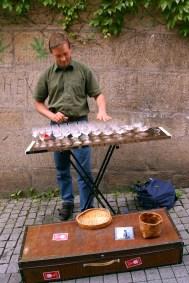 Alemania, Baden-Wurtemberg, Tübingen, casco antiguo, músico , copas de cristal, retrato