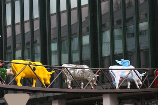 Alemania, Hamburgo, calle Mittelweg, vaca variadas, escultura, animal