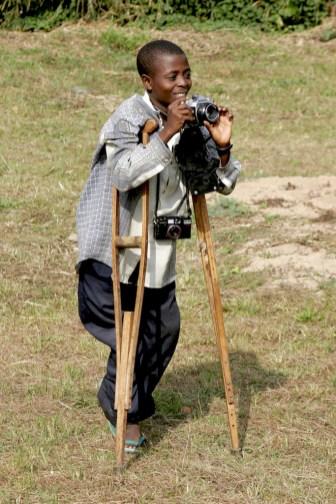 Camerún, Bafut, Fondom, Chefferie, niño fotógrafo