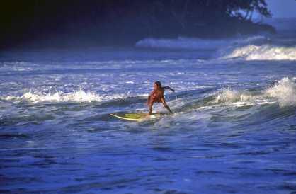 Costa Rica, Puerto Limón, surfista