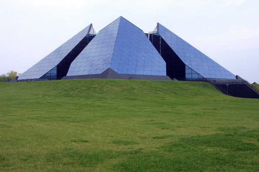 Francia, Berry, Sant Amand-Montrond, Ciudad Del Oro, Pirámideexterior