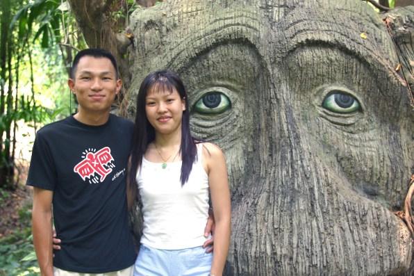 Singapur, Isla Santosa, pareja de visitas al Jardín Encantado, retrato