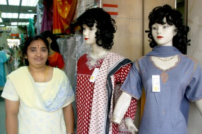 Singapur, Pequeña India, tienda Roopalee Fashions, retrato