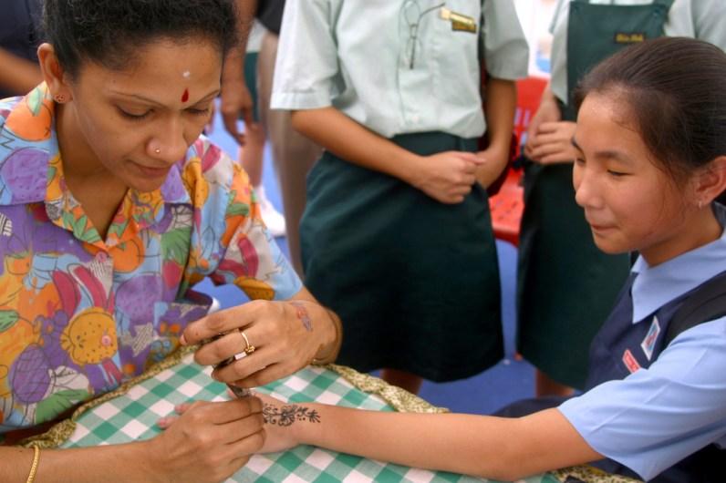 Singapur, Pequeña India, pintar con henna