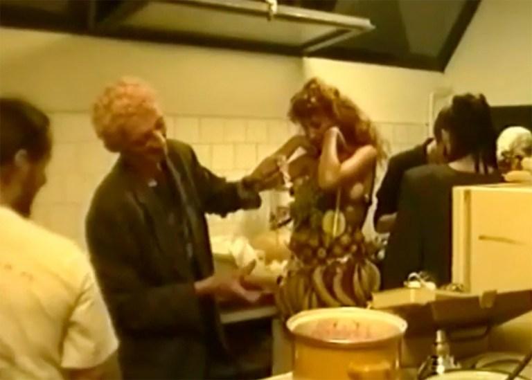 Király Tamás'40, szülinapi előkészületek a konyhán Kelényi Krisztián Tódorral, 1992.