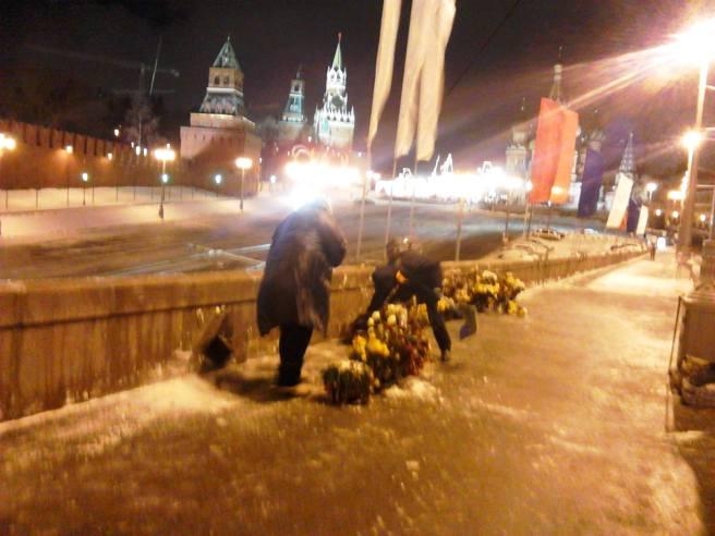 23.02.2016. Немцов Мост. Мемориал Уборка