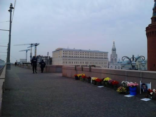 07.04.2016. Утро на Немцовом Мосту. Охраняют...