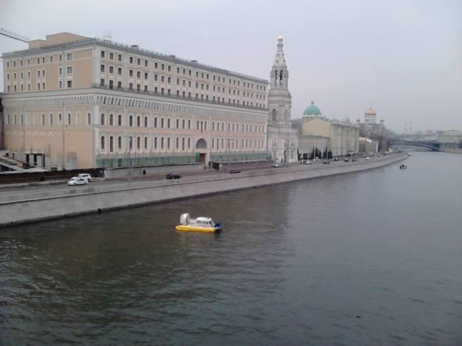 07.04.2016. Утро на Немцовом Мосту (Большой Москворецкий). Два катера на Москва-реке