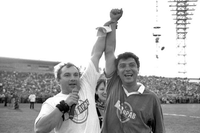 Николай Фоменко и Борис Немцов на стадионе «Шинник». / Фото Сергея Белякова