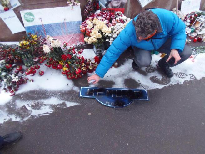 Какие-то трусливые мрази разгромили мемориал Немцова на мосту у Кремля. Даже после смерти он им поперек горла стоит. / Илья Яшин / Twitter
