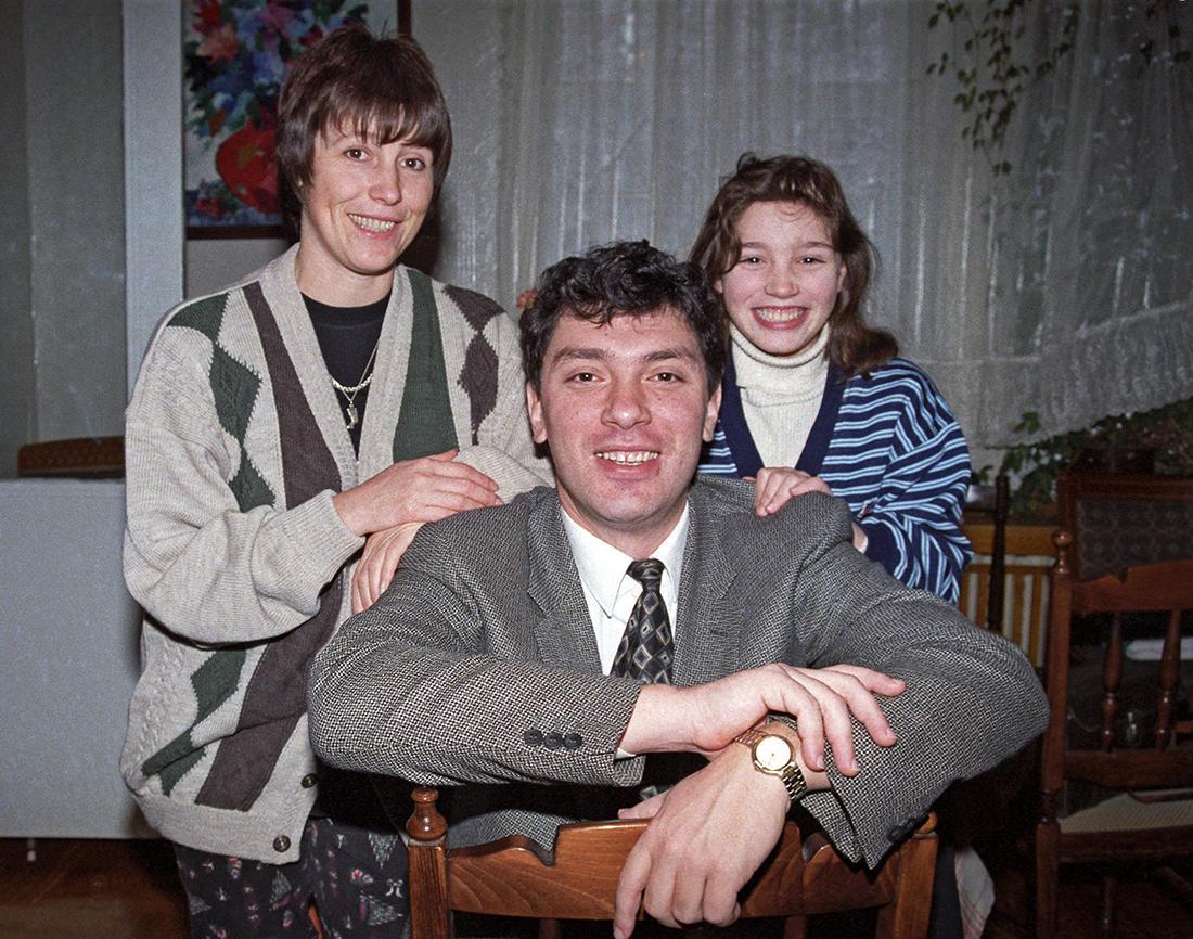 Фото: Косолапов Дмитрий / ТАСС / Scanpix Борис Немцов с женой Раисой и дочерью Жанной, Нижний Новгород, 10 октября 1996 года