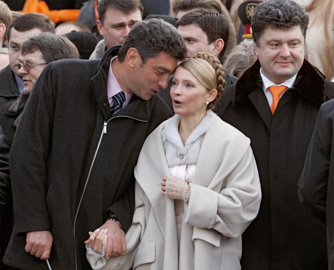 Фото: Дмитрий Азаров / Коммерсантъ Борис Немцов, Юлия Тимошенко и Петр Порошенко во время церемонии инаугурации новоизбранного президента Украины Виктора Ющенко, 23 января 2005 года