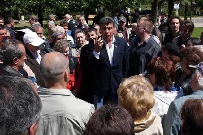 Борис Немцов встречается с жителями микрорайона Цветной Бульвар в Сочи, 21 апреля 2009 года Фото: Игорь Чернов / PhotoXPress