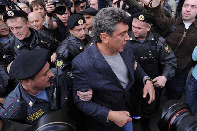 Бориса Немцова задерживают на акции «Стратегии—31» на Триумфальной площади, Москва, 31 августа 2010 года Фото: Максим Шеметов / ТАСС / Scanpix