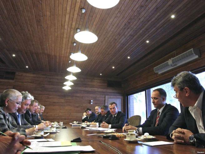 Президент Дмитрий Медведев на встрече с лидерами непарламентских партий, 20 февраля 2012 года. / Фото: Екатерина Штукина / ТАСС
