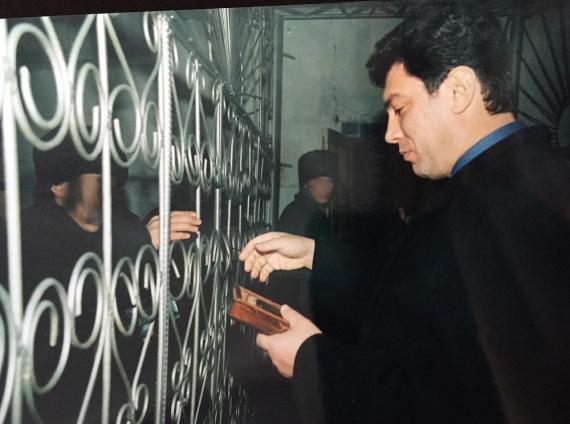 Икона на память от заключенного. Лица заключенных скрыты по причинам этического характера.