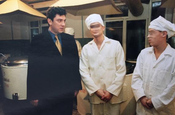 В пищеблоке тюрьмы. Лица заключенных скрыты по причинам этического характера.