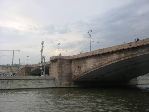 Подплываем к Немцову мосту. То самое место ...