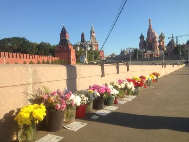 На мемориале листы с изображением государственных наград Бориса Ефимовича
