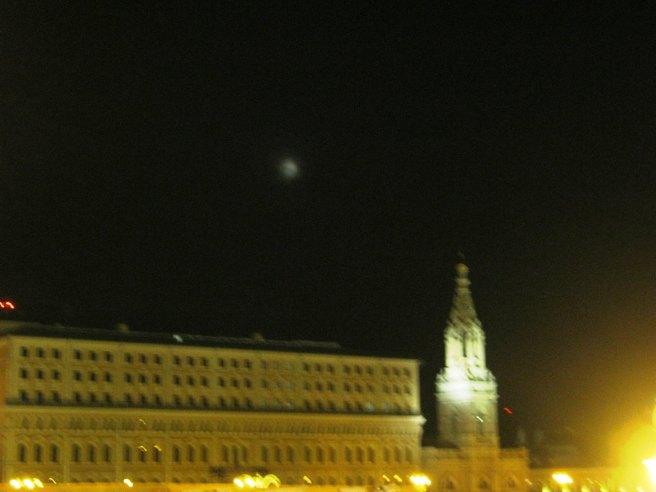 17.08.2016. Немцов мост. Луна в дымке облаков