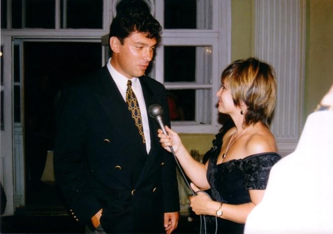 Одно из старых фото с Немцовым — на губернаторском балу в честь нового года, наверное, 1995 или 1996 - сейчас уже не помню. Но работа для Вестей продолжалась даже в бальном платье! - Нина Зверева