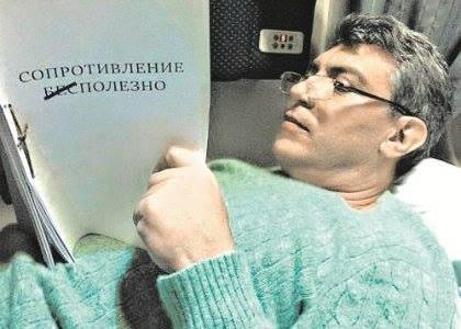 Борис Немцов читает в поезде рукопись Ильи Яшина/ Фото: личный архив Ильи Яшина