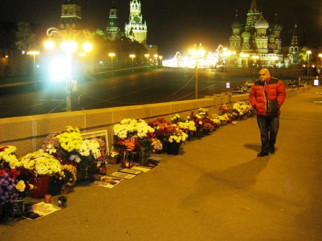 11.10.2016. Немцов Мост. Прохожий иностранец. Долго стоял и смотрел. Потом подошёл и поблагодарил.