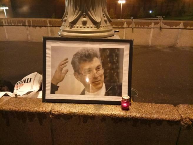 На время уборки Илья поставил портрет у столба: «Пусть все видят»