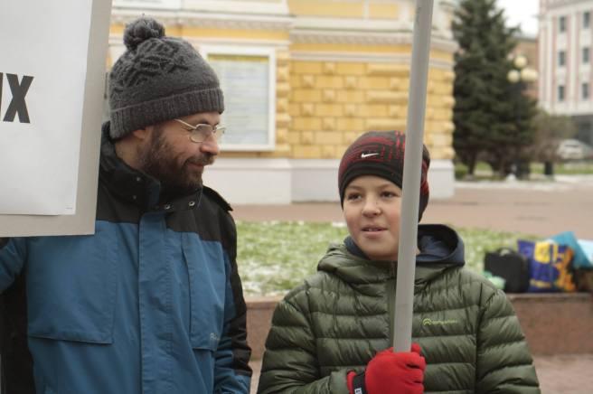 Есть уверенность, что хотя бы этот молодой человек никогда с портретом Сталина на парад не выйдет