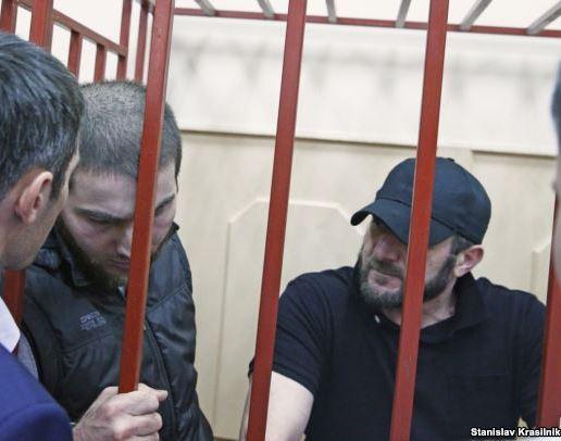 Шадид Губашев (второй слева) и Хамзат Бахаев (справа)