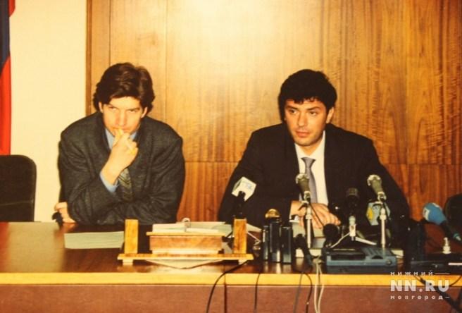 Пресс-конференция в Нижнем Новгороде, на которой губернатор Немцов объясняет журналистам, почему уезжает в Москву. 1997 год. Фото: из архива Александра Котюсова