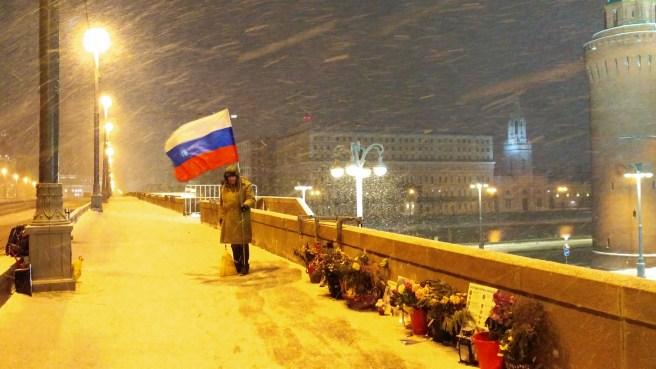 Иван Шаравин дежурил этой ночью. Торжественно держит флаг свободы