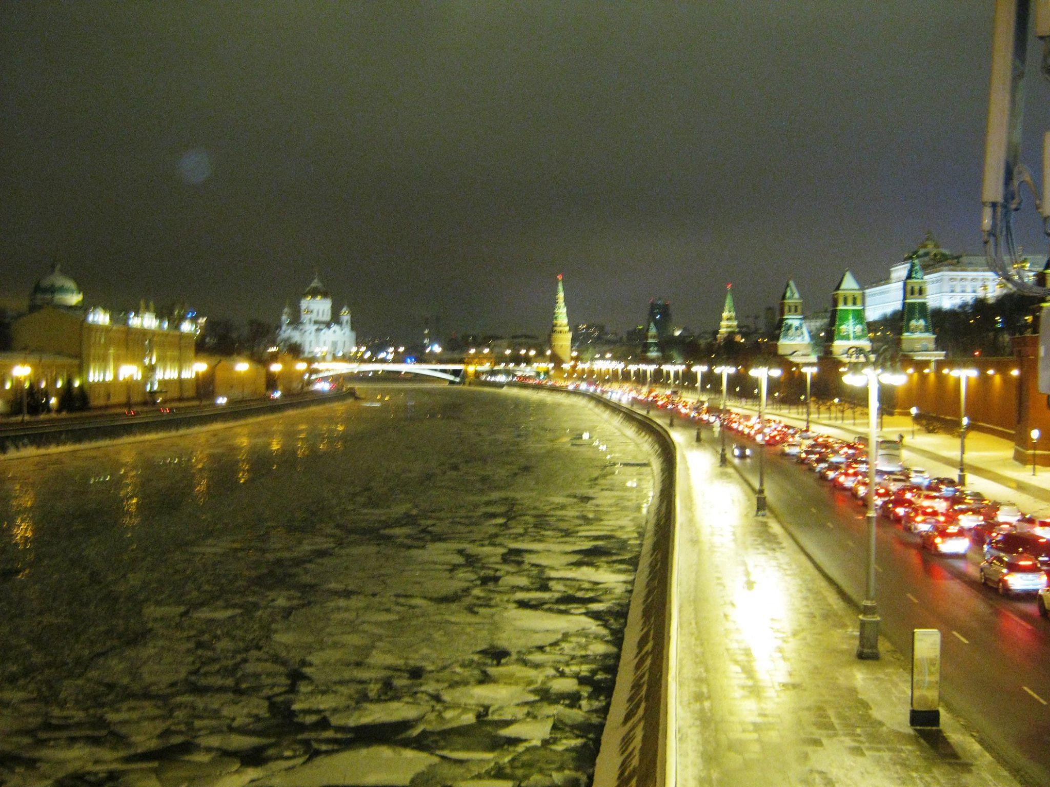 Немцов мост. 16.12.2016 Льда на Москва-реке всё больше и больше. Скоро она вся будет скована своей бронёй.